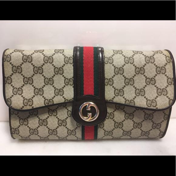 c187f9bb89e7 Gucci Handbags - 🌺HP🌺 Adorable & Authentic Gucci CLASSIC Clutch!